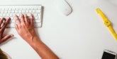 piszący na klawiaturze